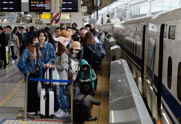 昨年の大型連休初日の東海道新幹線ホーム。古里や行楽地に向かう人たちで混雑していた(2019年4月27日、JR東京駅)