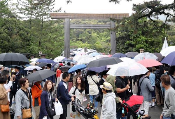 令和が幕を開けた昨年5月1日、多くの参拝客でにぎわった伊勢神宮(三重県伊勢市)