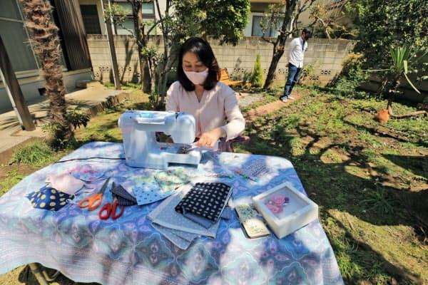自宅の庭でマスクを手作りする近藤真由美さん(25日午前、東京都杉並区)