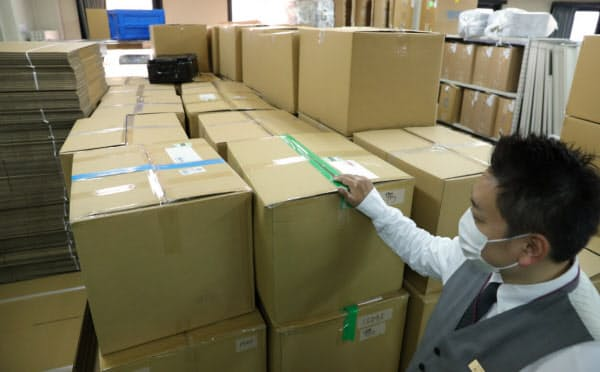 依頼人から買い取った品物が積まれたリユース業者の倉庫(25日午前、東京都大田区)