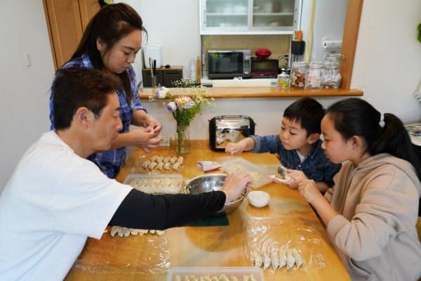 昼食のギョーザを作る高畠さん一家(25日午後、埼玉県川越市)