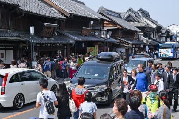 昨年4月下旬の週末の「蔵造りの町並み」。国内外の観光客や自動車で混み合っていた(埼玉県川越市)