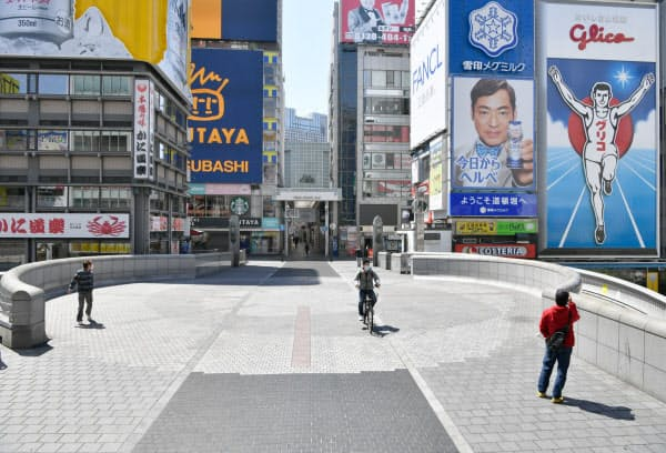 人通りが少ない道頓堀の戎橋(25日午前、大阪市中央区)