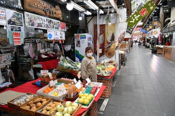 新型コロナ禍前は国内外の観光客でにぎわっていた「黒門市場」だが、人通りはまばら(25日午後、大阪市中央区)