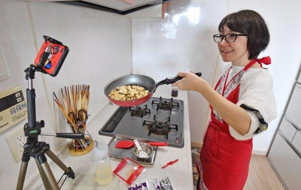 自宅でオンライン料理教室を開催する菅野しのぶさん(25日午後、東京都江東区)