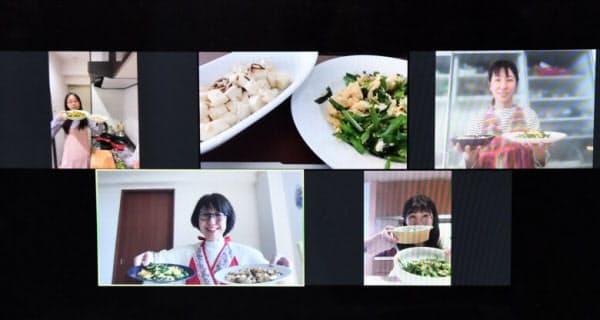 パソコン画面上で、できあがった料理を披露する料理家の菅野しのぶさん(左下)と生徒たち(25日午後、東京都江東区)
