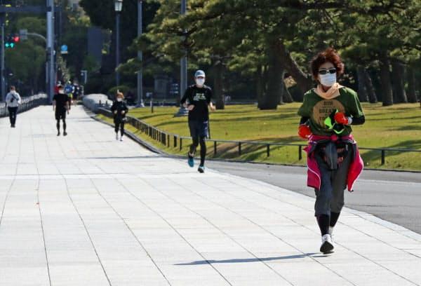 皇居周辺を走る人たち(25日午後、東京千代田区)