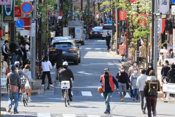 19日と比べると人通りが減った神楽坂通り(25日午後、東京都新宿区)