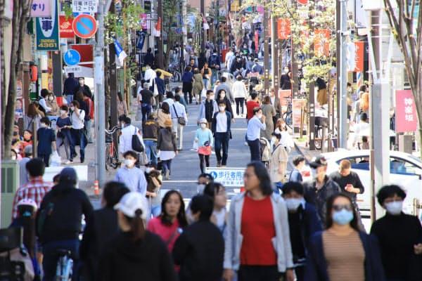 買い物客らでにぎわう歩行者天国の神楽坂通り(19日、東京都新宿区)