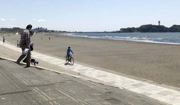 人影はまばらな神奈川県藤沢市の鵠沼海岸(25日午後)