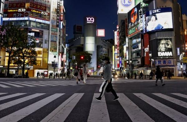 閑散とする東京・渋谷のスクランブル交差点(25日午後)