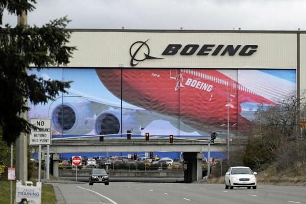 墜落事故と新型コロナでボーイングの財務は悪化している(シアトルの工場)=AP