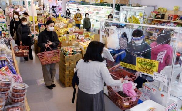 新型コロナウイルス感染防止の取り組みの下、人出が増えているのが食品スーパーだ