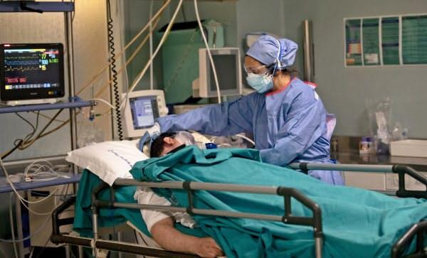 イタリアの病院で緊急治療を受ける新型コロナ感染者=AP