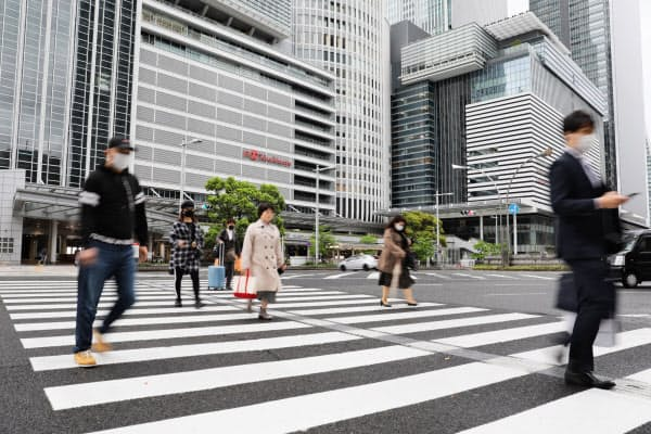 通勤の時間帯も人通りが少ない名古屋駅前(20日、名古屋市中村区)