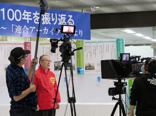 連合の神津会長(左から2人目)はメーデー用の映像収録に臨んだ(27日、東京都千代田区)