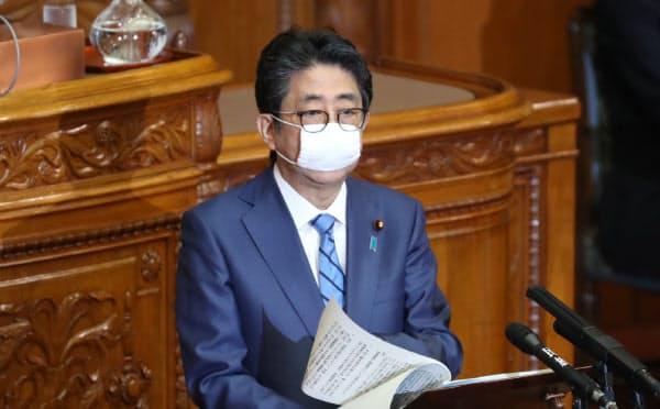 20年度補正予算案が審議入りした参院本会議で答弁する安倍首相(27日)