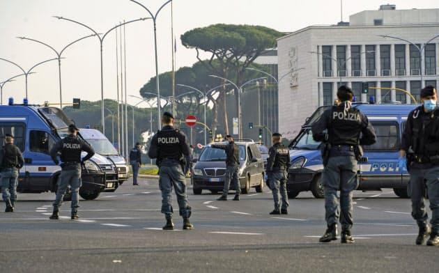 イタリアなど欧州の国々はロックダウン(都市封鎖)の措置を取っており、当局による監視とプライバシーのあり方を巡っては議論が展開されていきそうだ=AP