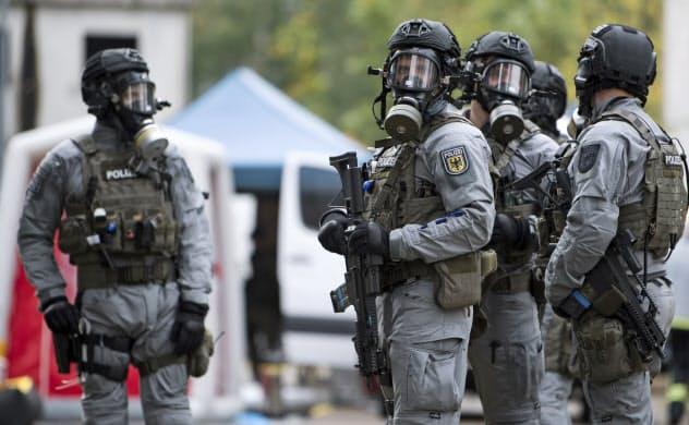 生物兵器をどう作るのかという常識が今回の新型コロナウイルスで変わりつつあるという(写真は、ドイツが実施したバイオ攻撃に対応するための訓練)=AP
