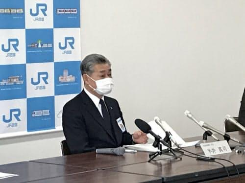 記者会見するJR四国の半井社長(高松市)