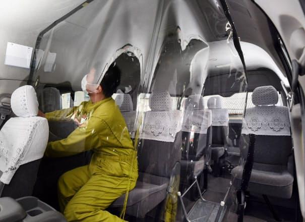 医療従事者を送迎するジャンボタクシーの運転席と後部座席の間に設置されたビニールシート(24日、京都市)