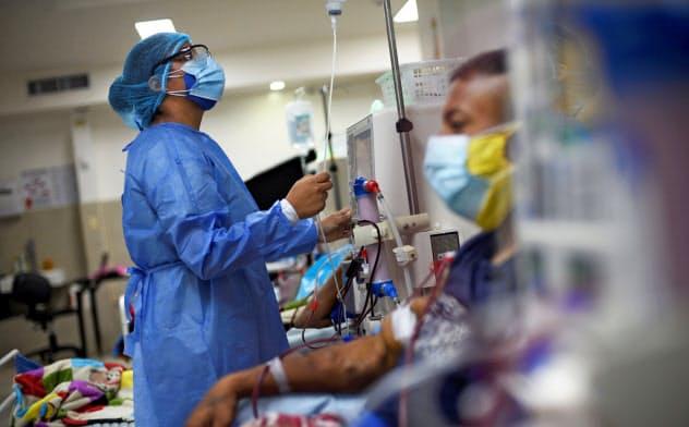新型コロナに感染した重症患者の2~4割が急性腎不全を発症し、人工透析機材だけでなく人手の不足も深刻だと報じられている=ロイター