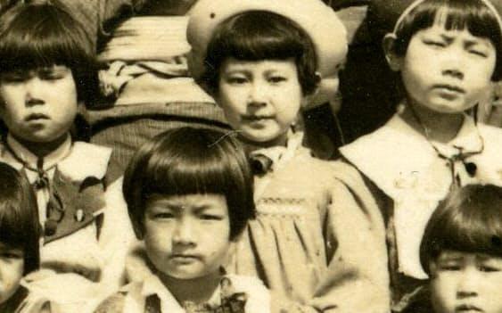 疎開前の小学生時代(後列中央)