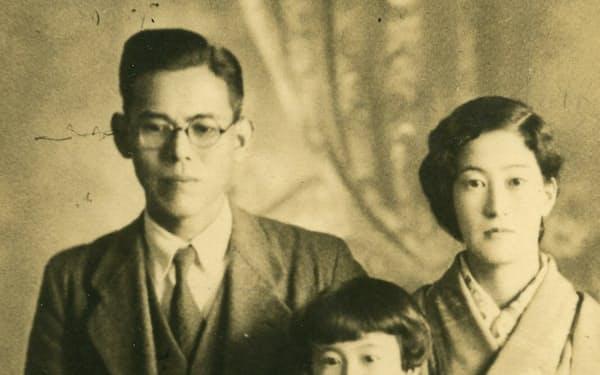 父と母と一緒に記念撮影(4、5歳の頃)
