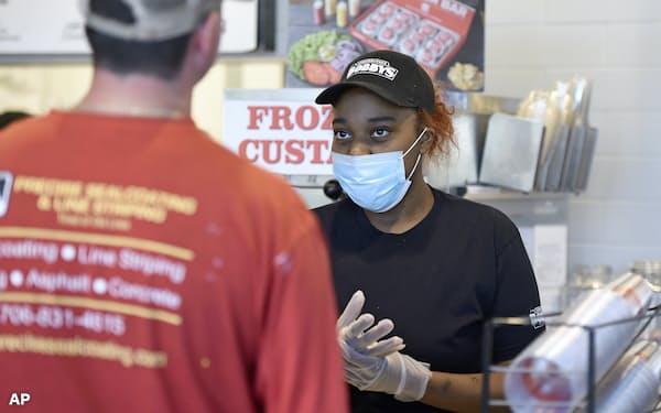 ジョージア州など米国の一部の州では外出禁止令を緩和し、小売店などが営業を再開し始めた