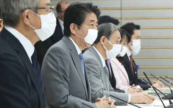 新型コロナウイルス感染症対策本部の会合で、外出自粛に伴い増加が懸念されるDVへの対策などについて呼びかける安倍首相(24日、首相官邸)