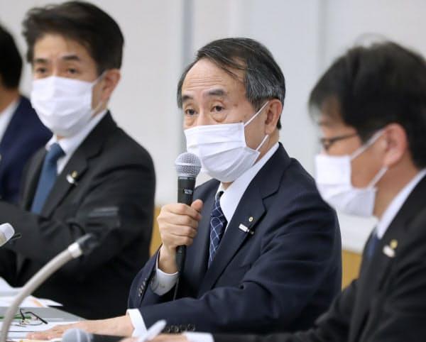 記者会見する関西電力の森本社長(中)=28日、大阪市北区