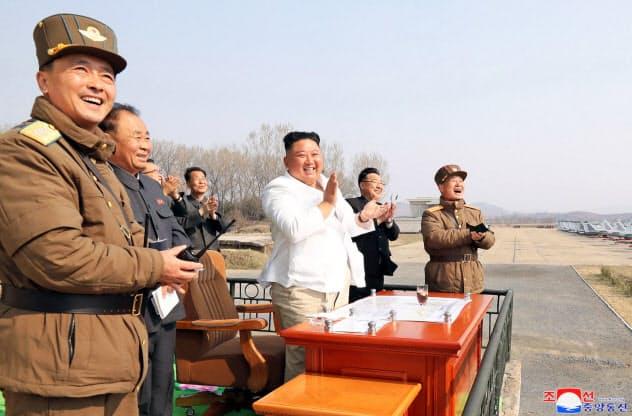 空軍の訓練を視察する金正恩氏。12日に報じられた=朝鮮中央通信・朝鮮通信