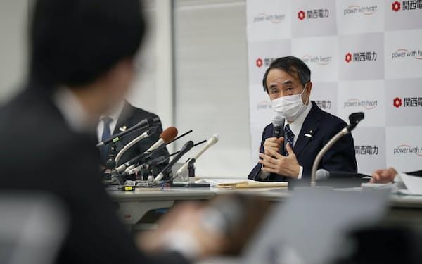 記者会見する関西電力の森本孝社長(28日、大阪市北区)
