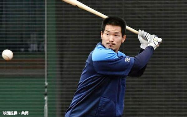 打撃練習をする西武の川越(28日、メットライフドーム)=球団提供・共同