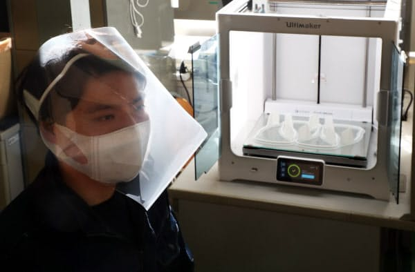 3Dプリンターで作ったフレームとクリアファイルを使ったフェースシールド(28日、大阪府東大阪市の甲子化学工業)
