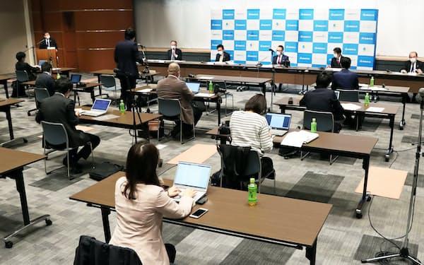 机やイスの間隔を空けて行われた西部ガスの決算会見(28日、福岡市)