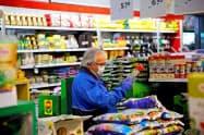 オーストリアでは公共交通機関や買い物でのマスク着用が義務付けられている=ロイター