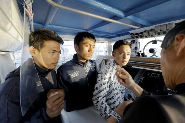 船上の(左から)ストリヨさん、ファイジンさん、ダダンさん。「家族のため」を合言葉に、日本の海で過ごす3年間は始まったばかりだ(4月)