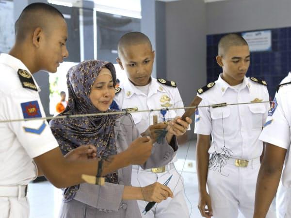 若年層の失業率は高く、先進国を目指す若者は多い。チレボンの国立水産学校では毎年700人の卒業生のうち4割が外国で働く(1月)
