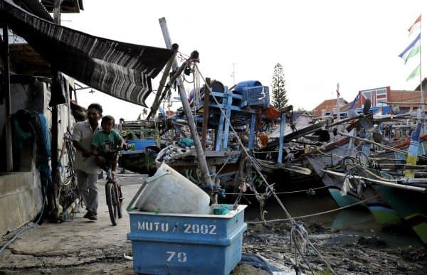 ジャカルタから約300キロ東にある地方都市チレボンの漁村。台湾や韓国で数年働いて貯金をし、帰国後に船を買う漁師が多いという(1月)