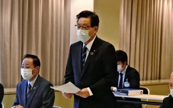 北九州市役所で28日、不動産会社の幹部らと会う北橋健治市長(手前、右から2人目)