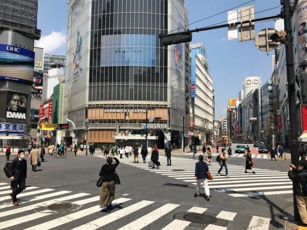 東京・渋谷のスクランブル交差点は、普段より人通りが大幅に減った(4月8日正午)
