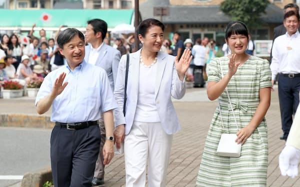 静養のためJR那須塩原駅に到着し、手を振る天皇、皇后両陛下と愛子さま(2019年8月)