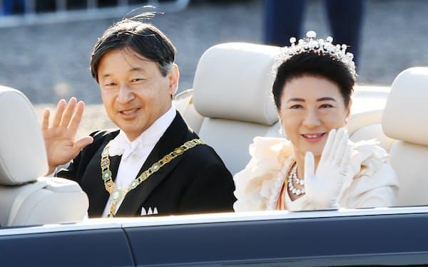 沿道の人たちに手を振る天皇、皇后両陛下(2019年11月、東京都千代田区)