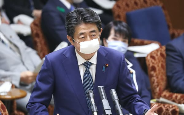 参院予算委で答弁する安倍首相(29日)