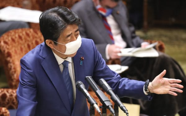 参院予算委で答弁する安倍首相(30日午前)