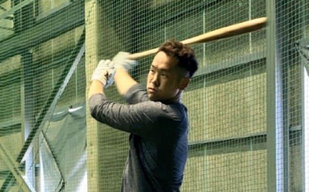 自主練習で打ち込むT―岡田(4月10日)=球団提供