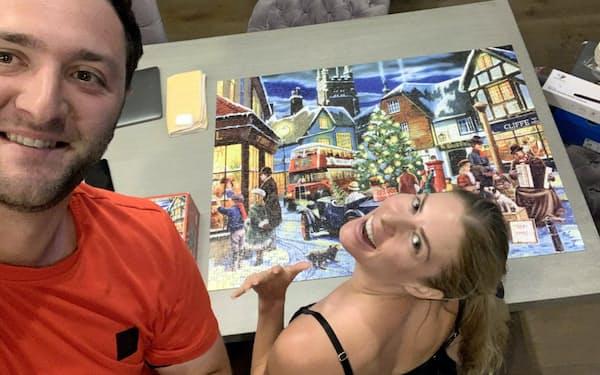 妻と2人、ジグソーパズルで時のたつのを忘れる(本人提供)