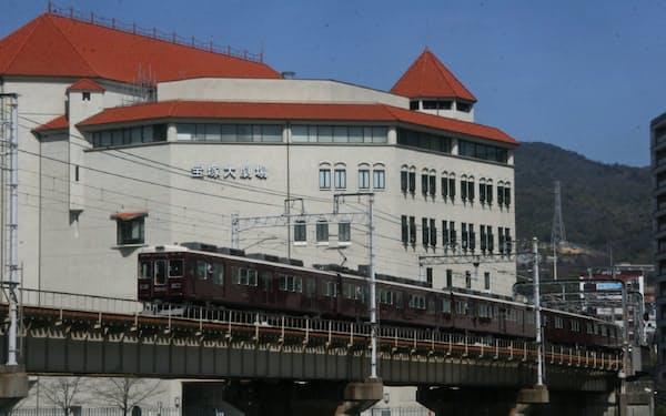 ブランドイメージ向上に寄与している阪急電車と宝塚大劇場(今津線宝塚~宝塚南口)