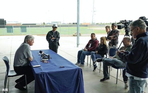 大リーグの開幕延期などが発表され、屋外で取材に応じるマリナーズのスタントン会長(3月12日)=共同